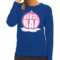 Foute kersttrui kerstbal roze op blauwe sweater dames