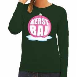 Foute kersttrui kerstbal roze op groene sweater dames
