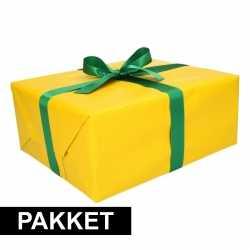 Geel inpakpapier pakket donkergroen lint plakband