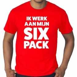 Ik werk aan mijn six pack tekst t shirt rood heren