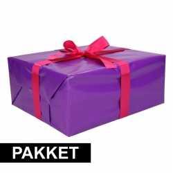 Paars inpakpapier pakket roze lint plakband
