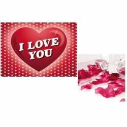 Valentijnsdag cadeau donkerrode rozenblaadjes valentijnskaart