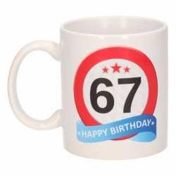 Verjaardag 67 jaar verkeersbord mok / beker