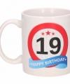 Verjaardag 19 jaar verkeersbord mok beker